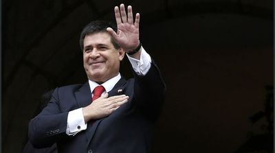 Expresidente Horacio Cartes saluda a los maestros en su día