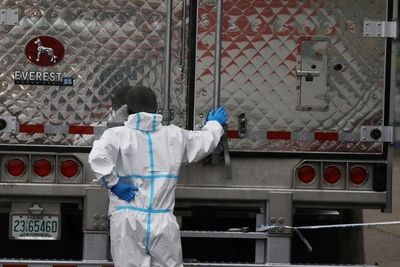 Hallan decenas de cuerpos descompuestos en camiones en Nueva York