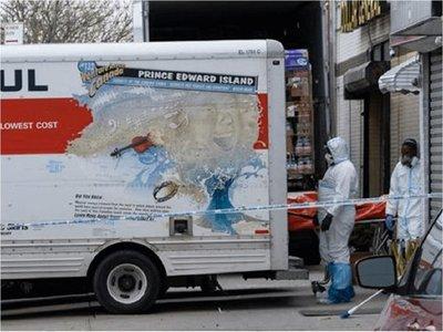 Hallan decenas de cuerpos descompuestos en camiones frente a una funeraria de Nueva York