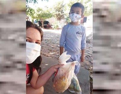 Obsequió a la maestra una gallina por su día