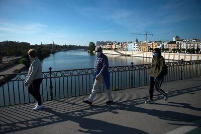Los españoles salen a pasear y una parte del mundo inicia poco a poco su desconfinamiento