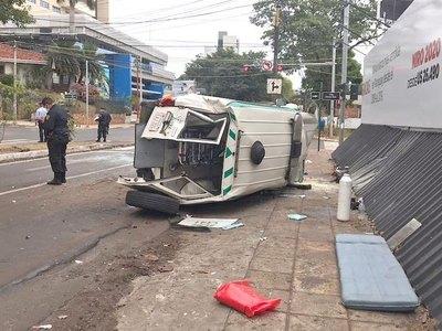Ambulancia que llevaba paciente ¡chocó y volcó!