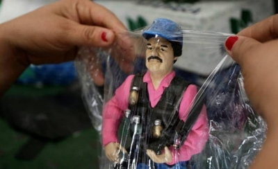HOY / Hija del Chapo Guzmán regaló a niños mexicanos juguetes con imagen del capo