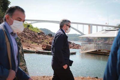 Sorpresivo recorrido de Mario Abdo en zona del puente de la Amistad