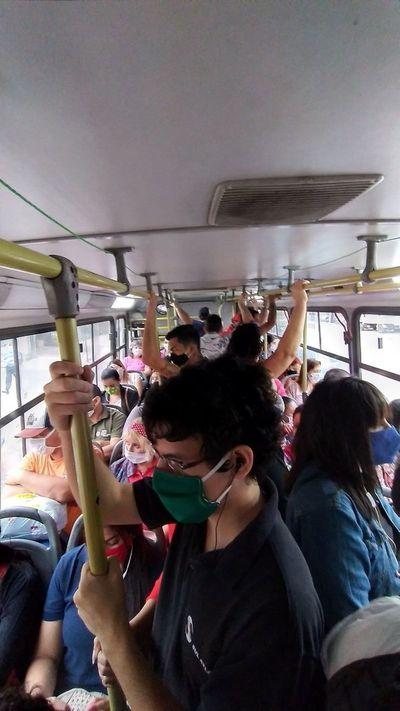 Multan a ocho empresas de transporte por llevar pasajeros parados
