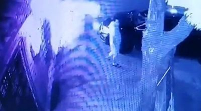 José Ayala se salva de ser aplastado por el portón de su casa