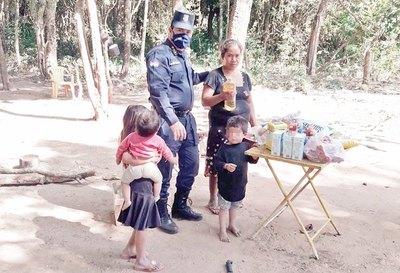 "Polis hacen ""vaquita"" para ayudar a familia"