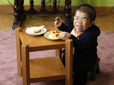 Colombiano vuelve al Guinness Récord como el hombre más bajo del mundo
