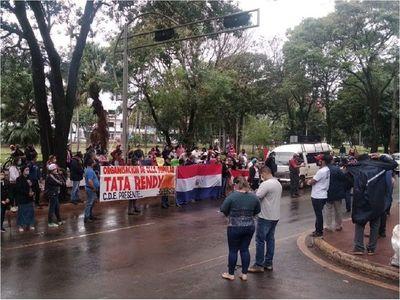 Alto Paraná: Ciudadanos exigen asistencia frente a la Gobernación