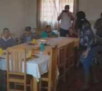 Joven decide festejar su cumpleaños con abuelitos