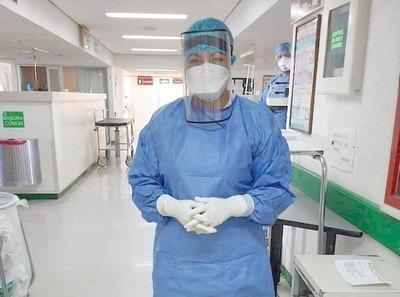 Enfermera opurahéi a pacientes con Covid-19