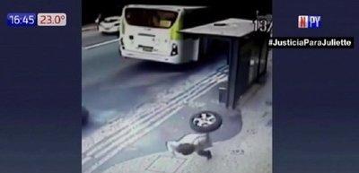 Mujer se salva tras fuerte golpe de rueda desprendida
