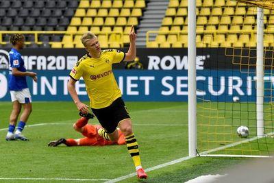 El Dortmund goleó al Schalke en el reinicio de la Bundesliga