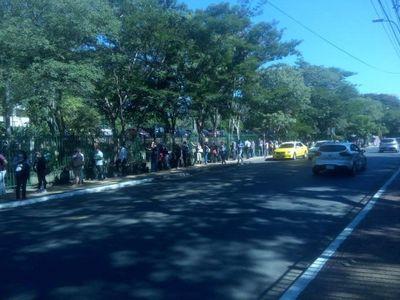 Ciudadanos forman largas filas para pagar facturas de ANDE y Essap