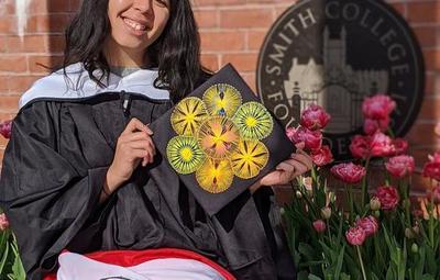 Joven destacada que vendía jabones en bicicleta se graduó en el Smith College de EE.UU.