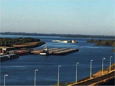 Empezaron a salir  barcazas con soja varadas en el Paraná