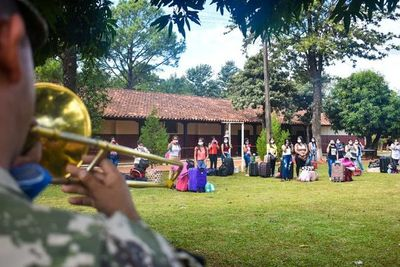Con música de banda dan de alta a connacionales albergados en Encarnación