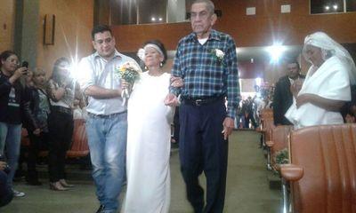 Amor y lucha: Pacientes de cáncer se casan en INCAN
