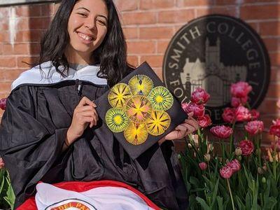Destacada joven paraguaya recibe título universitario en EEUU