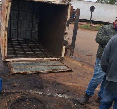 Conductor de camión pierde los frenos  y vuelca después de atropellar lomada – Diario TNPRESS