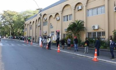 HOY / Fila de hasta 300 metros para pago de licencia frente a la Municipalidad de Lambaré