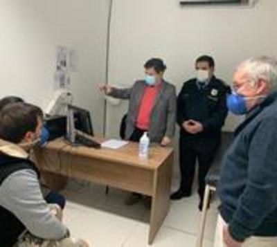 Acevedo visita a niño baleado por policías