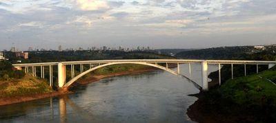 "Gobernador oñeha'ã ""ndaha'éi momento"" oipe'ávo Puente de la Amistad"
