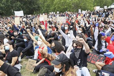 Municipalidad de Minneapolis se compromete a desmantelar su policía mientras siguen protestas