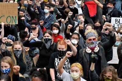 Los estadounidenses blancos se suman en masa a las protestas contra el racismo