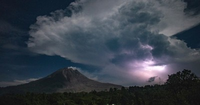 Ceniza volcánica obliga a cerrar un aeropuerto en Ecuador