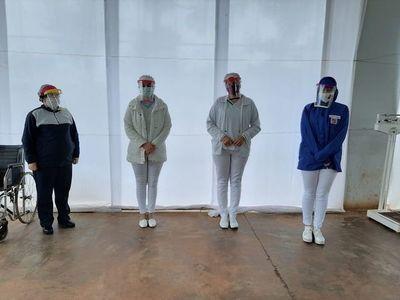 Jóvenes confeccionan y donan máscaras faciales impresas en 3D
