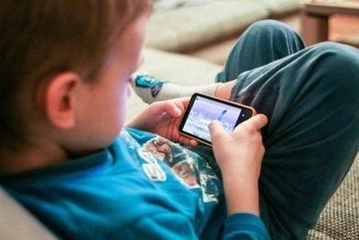 HOY / Alertan sobre daños que producen el celular y los tablets en niños