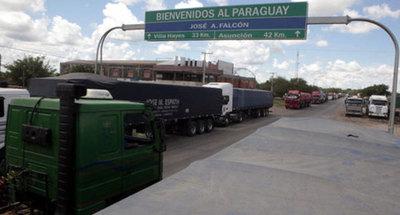 Denuncian trato inhumano a choferes paraguayos en el lado argentino