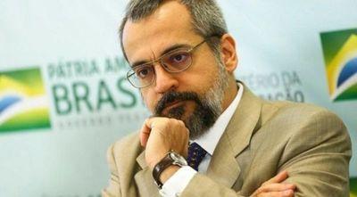 Multan al ministro de Educación de Brasil por andar en la calle sin tapabocas