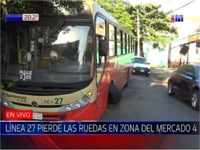 Bus pierde una rueda y obstaculiza tránsito en zona del Mercado 4