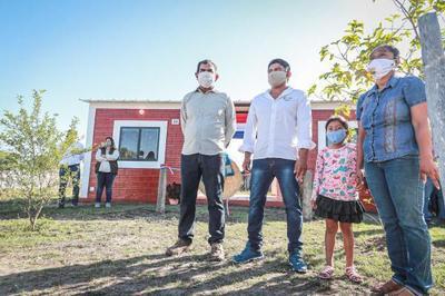 Comunidades Chamacoco e Ishir de Bahía Negra recibieron 120 viviendas sociales