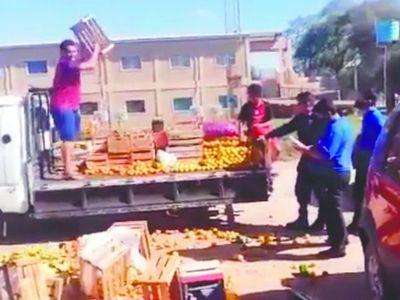 """Vendedor tiró sus frutas y verduras: """"nos persiguen porque vendemos más barato"""""""