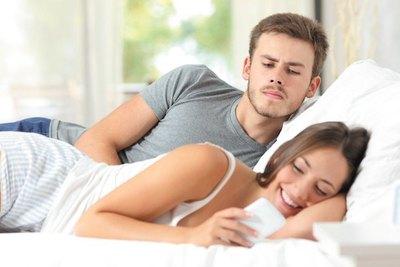 """""""A mi novio le molesta que yo esté conectada con mi celular"""""""