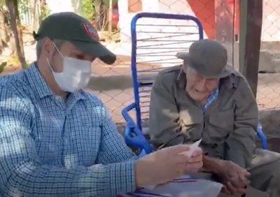 Abdo Benítez visita a excombatiente de 106 años