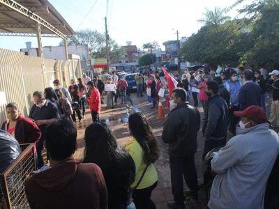 Atacan a huevazos a intendente de Itakyry tras audiencia