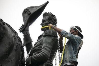 Tras los esclavistas, otras figuras históricas de EE.UU. tiemblan en sus pedestales