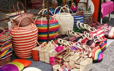 """Comunidad indígena """"Toba Qom"""" ofrece su producción en feria artesanal"""