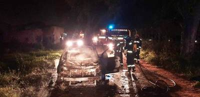 Auto robado en Ypané fue hallado incinerado en Luque • Luque Noticias
