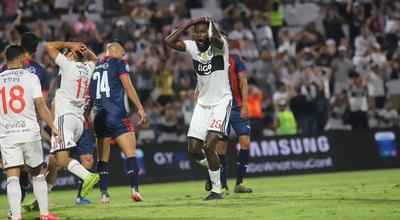 Oficial: Olimpia rescinde contrato con Emmanuel Adebayor