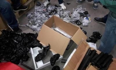 HOY / Descubren carga de accesorios para armas oculta entre conservadoras y un horno eléctrico