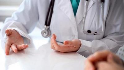 Médico contactó con contagiado, se negó al test y fue a atender pacientes: dio positivo a COVID