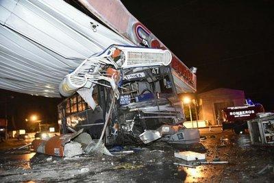 "Bus se estrella contra gasolinera tras ""carrera"""