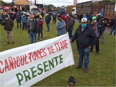 Cañicultores cierran ruta y siguen exigiendo fin del contrabando