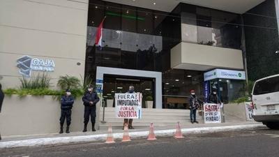 HOY / Jubilados se manifiestan frente a Caja Bancaria y exigen intervención ante irregularidades