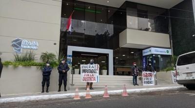 Jubilados se manifiestan frente a Caja Bancaria y exigen intervención ante irregularidades